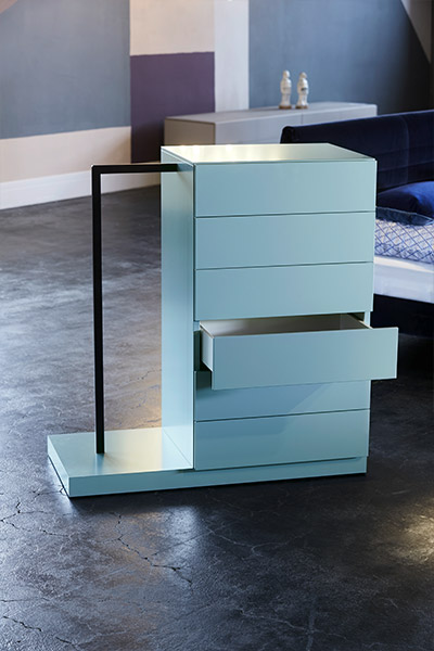 schlafen in royalblau kontrast m bel leuchten accessoires. Black Bedroom Furniture Sets. Home Design Ideas